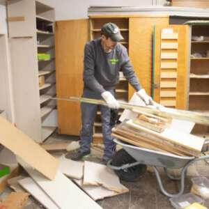 Holzreste auf Schubkarre bei Entrümpelung